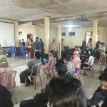 Sukseskan Vaksinasi Massal, Bhabinkamtibmas Polsek Barombong Pantau Prokes Warga