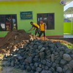 Personil Polsek Bontonompo Kerja Bakti Perluas Teras Mushollah
