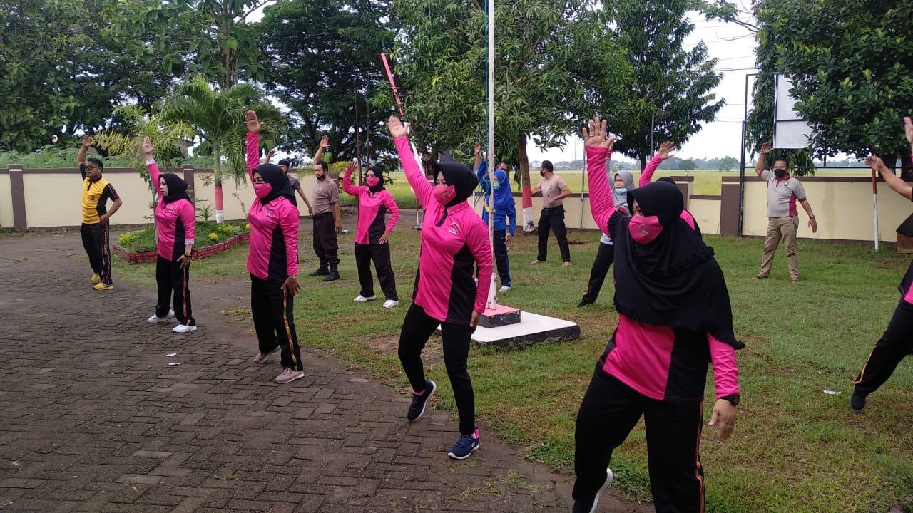 Pengurus Ranting Bhayangkari dan Personil Polsek Barombong Gowa Kompak Olahraga Senam Bersama