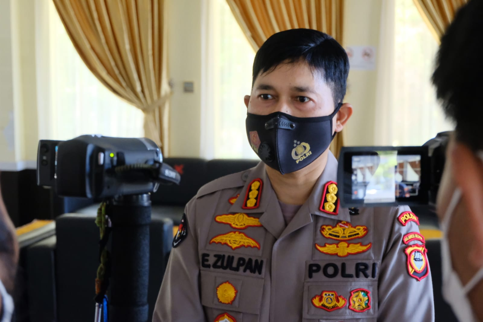 Kabidhumas Polda Sulsel: Operasi Patuh 2021, Personil Polda Sulsel Bagi Sembako, Beri Edukasi Prokes Dan Aturan Berlalu Lintas