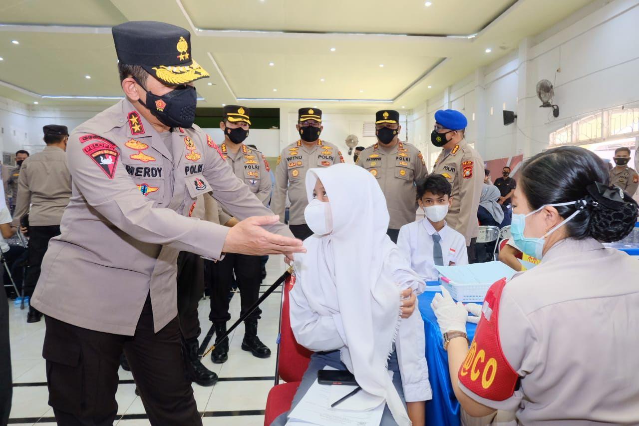Kapolda Sulsel Tinjau Gelora Vaksinasi Pelajar Dhira Brata Yang Digelar Akpol 1990 Di SMA 5 Makassar
